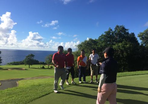 社員でゴルフをしている写真